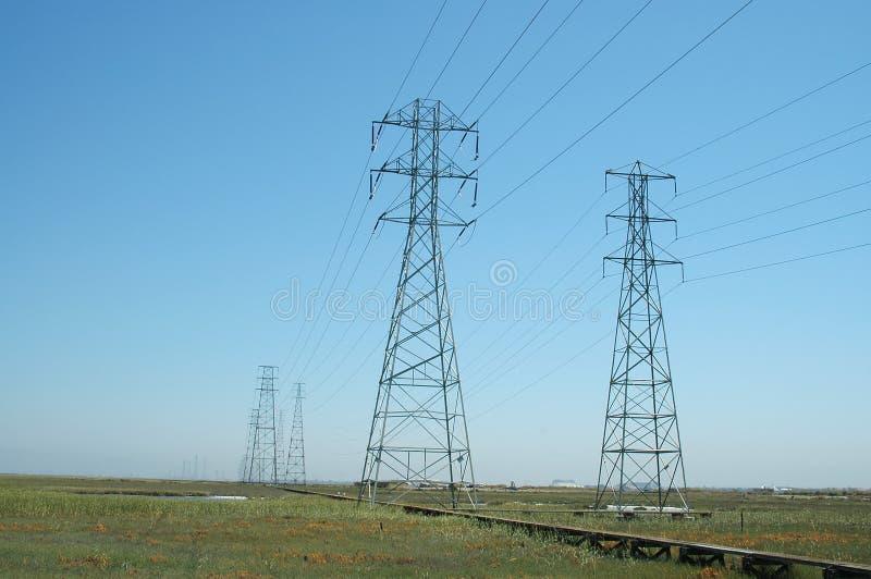 Kraftübertragungkontrolltürme stockbilder