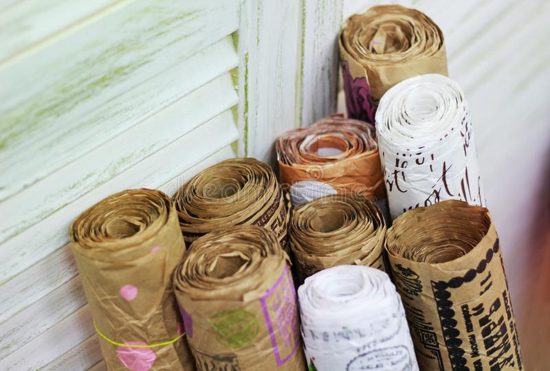 Kraft pappers- rullar med tappningpåsen för gåvainpackning fotografering för bildbyråer