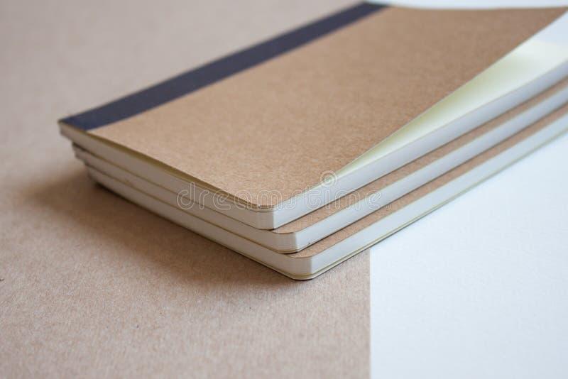 Kraft tomma anteckningsböcker arkivfoton