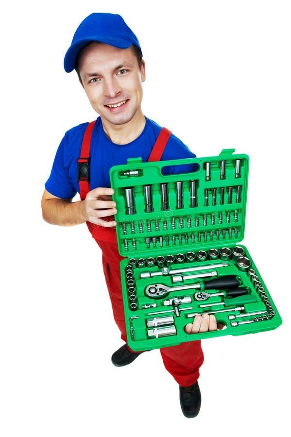 Kraftfahrzeugmechaniker mit Einfaßungs-Schlüssel-Set stockbilder