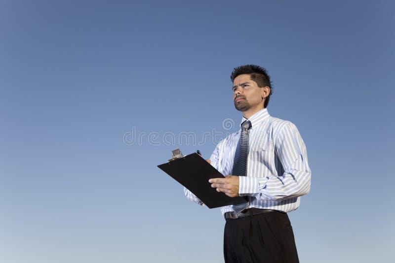 kraftig affärsmanholdinganteckningsbok arkivfoton