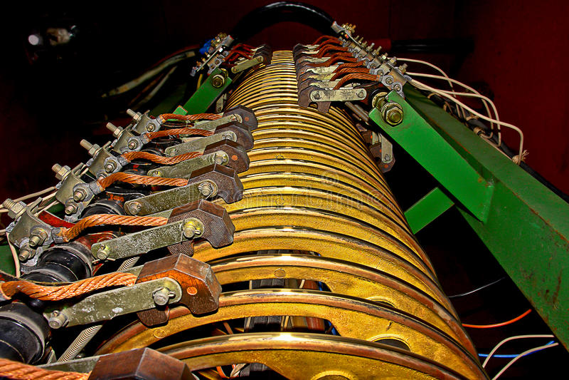 Kraftig lastningsbryggakran för elektrisk kontakt. arkivbild