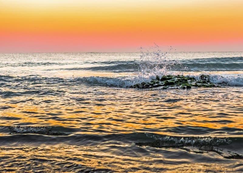 Kraftig soluppgång på den steniga kusten arkivbild