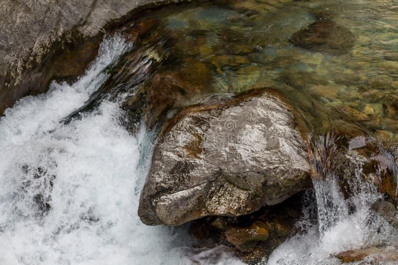 Kraftig vattenström i bergfloden royaltyfri foto
