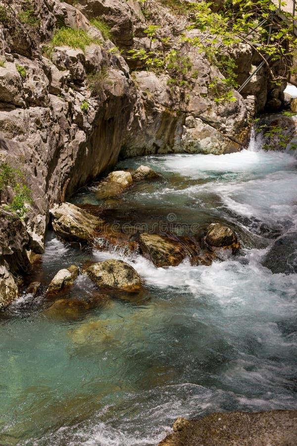 Kraftig vattenström i bergkanjonen arkivfoto