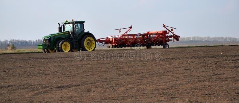 Kraftiga traktortransporter 18 ror som kan användas till mycket kärnar ur drillborren royaltyfria foton