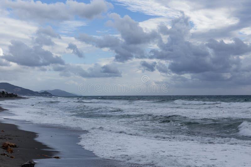 Kraftiga vågor i Alanya sköt på molnig dag royaltyfri foto
