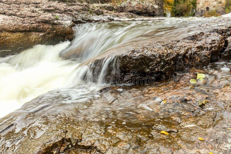 Kraftigt bergflodslut upp Crystal vatten flödar till och med mo royaltyfri fotografi
