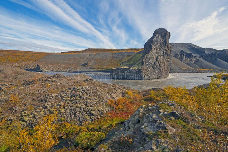 Kraftigt flodklipp till och med vulkaniskt vaggar i nedgången royaltyfri bild