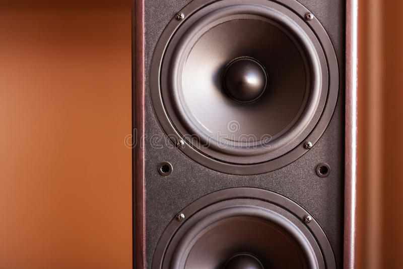 Kraftigt ljudsignalsystem. Closeupsikt av den svarta basen arkivbilder