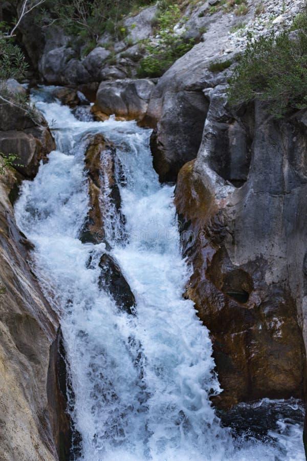 Kraftigt vattenflöde i bergkanjonen Sapadere royaltyfri bild