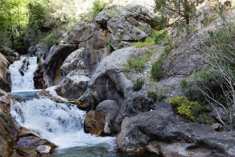 Kraftigt vattenflöde i bergkanjonen Sapadere royaltyfri fotografi