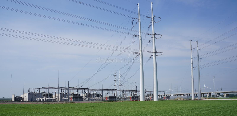 Kraftledningar och kraftverk arkivfoto