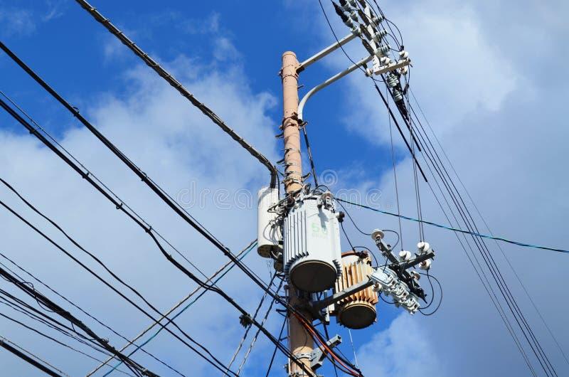 Kraftledningkabel och transformator - molnig himmel royaltyfria foton