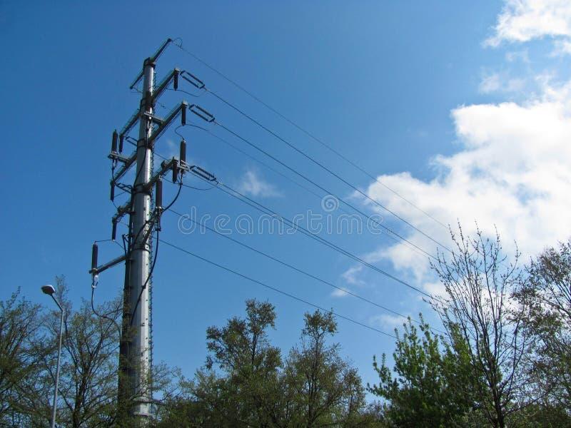 Kraftledningservice, hög spänning, isolatorer och trådar royaltyfria bilder
