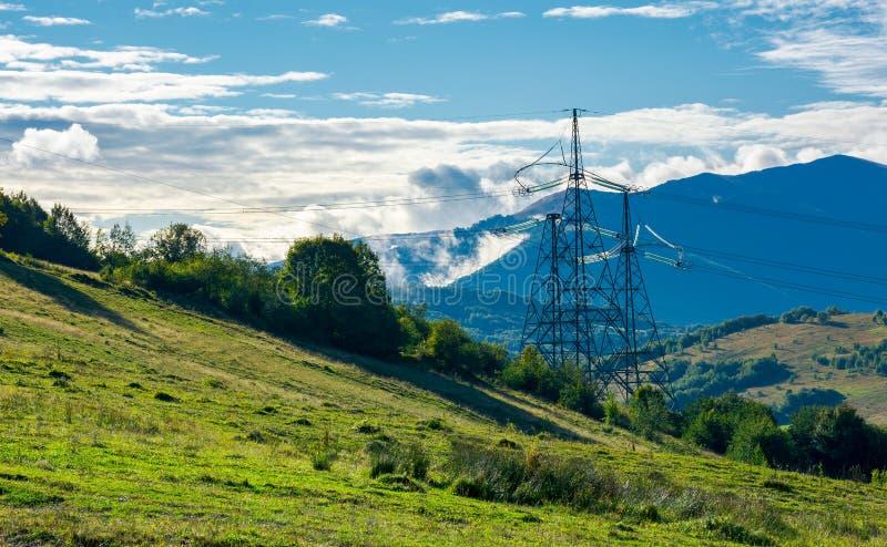 Kraftledningtorn på kullen royaltyfri foto