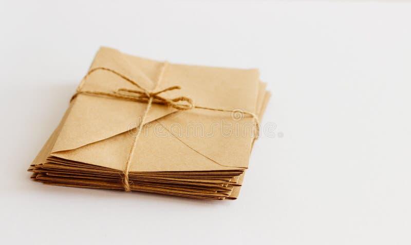 Kraftpapier-de enveloppen liggen op een lichte die achtergrond met streng wordt gebonden royalty-vrije stock fotografie