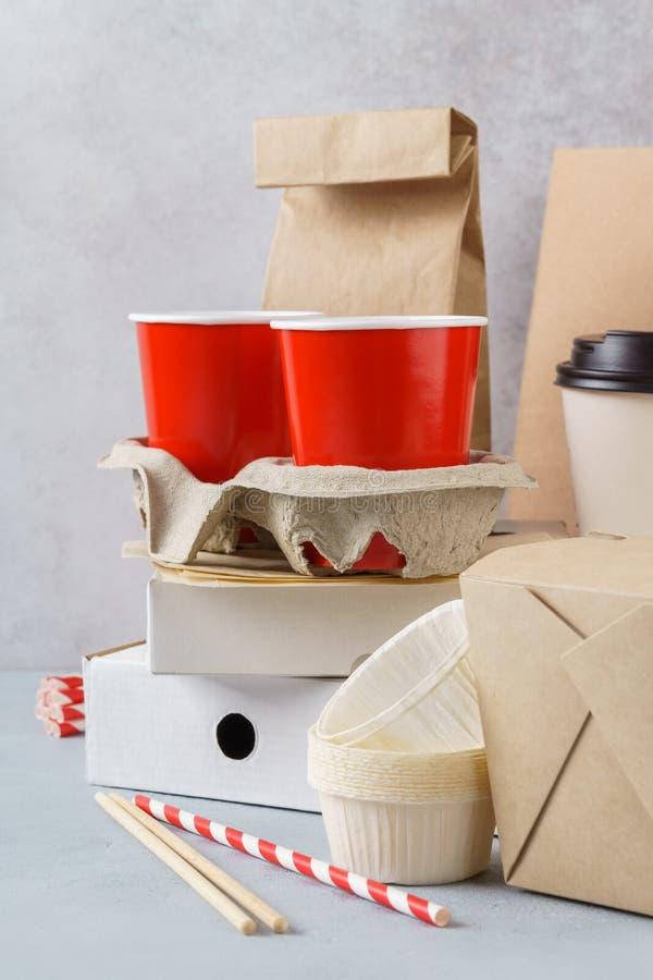 Kraftpapier-document milieuvriendelijke voedsel verpakking en vaatwerk royalty-vrije stock foto's
