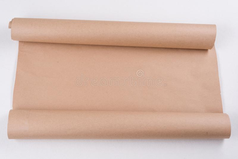 Kraftpapier-document op een broodje Achtergrond, textuur, exemplaarruimte stock fotografie
