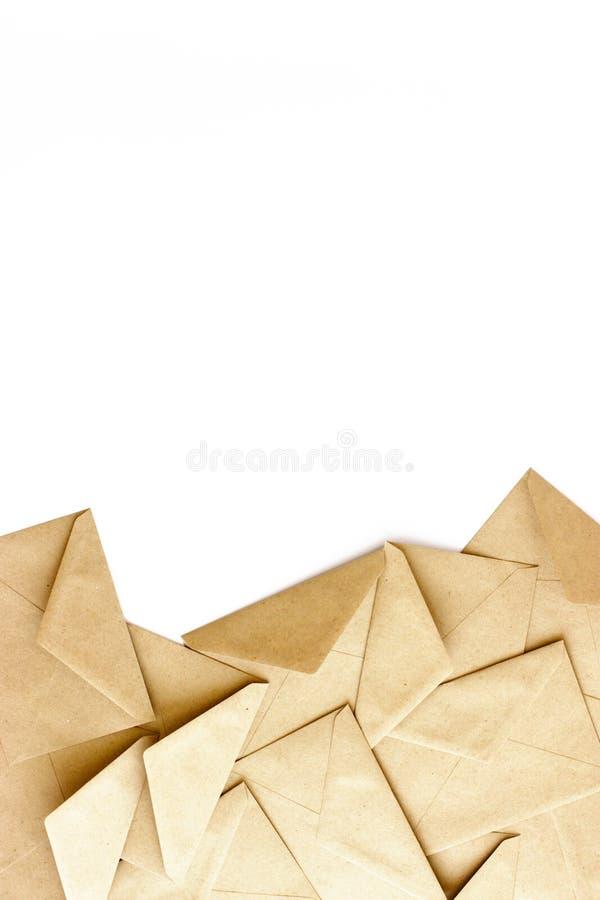 Kraftpapier-enveloppen op een witte achtergrond stock afbeelding