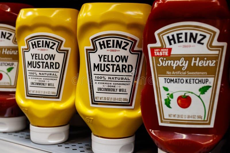 Kraftpapier Heinz gemerkt mosterd en ketchup Kraftpapier Heinz is het vijfde - grootste voedselbedrijf in wereld II stock afbeelding