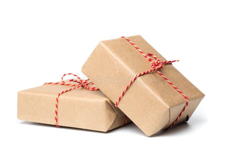 Kraftpapier Weihnachtsgeschenk lokalisiert auf weißem lizenzfreie stockfotografie