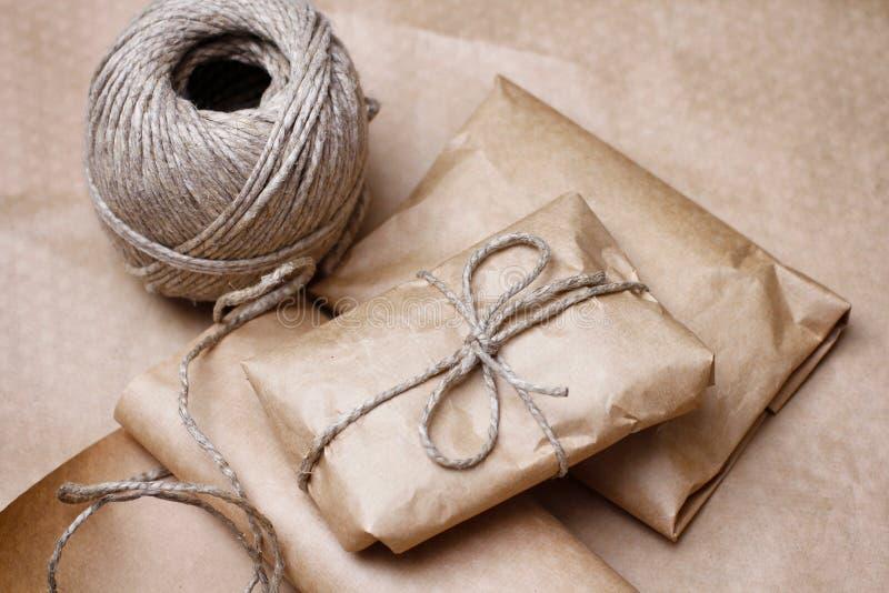 Kraftpapierpaket mit Rolle des Seils Handgemachtes Geschenk Teilen Sie ein, um zu senden Dekorativer Entwurf für Geschenke stockfotografie
