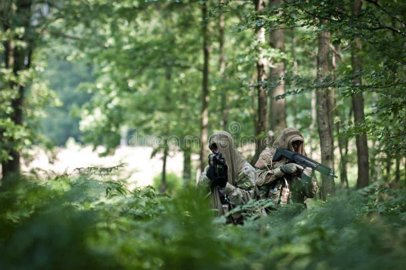 Kraftsoldaten auf Patrouille lizenzfreies stockbild