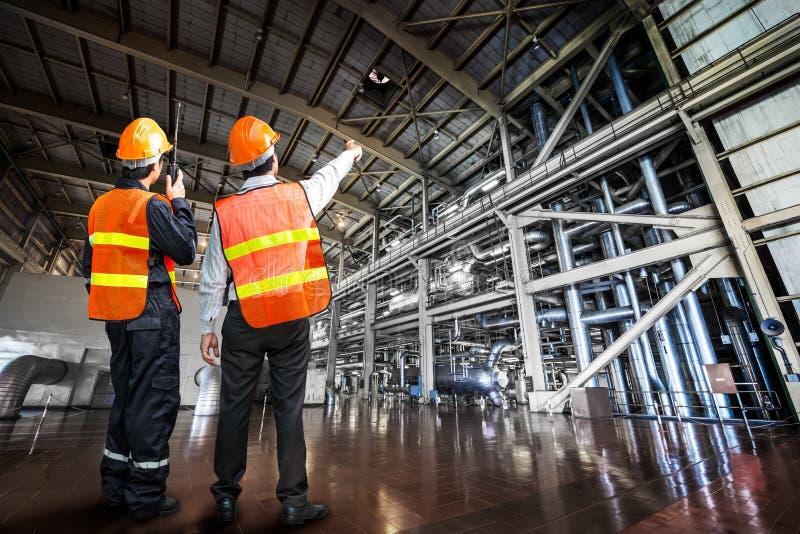 Kraftstationen reglerar teknikern arkivfoton