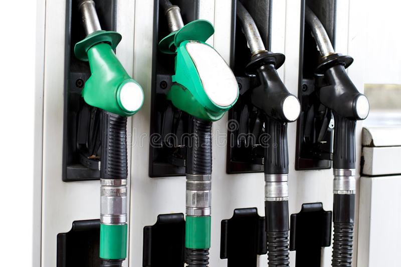 Kraftstoffpumpen an der Tankstelle lizenzfreie stockfotografie