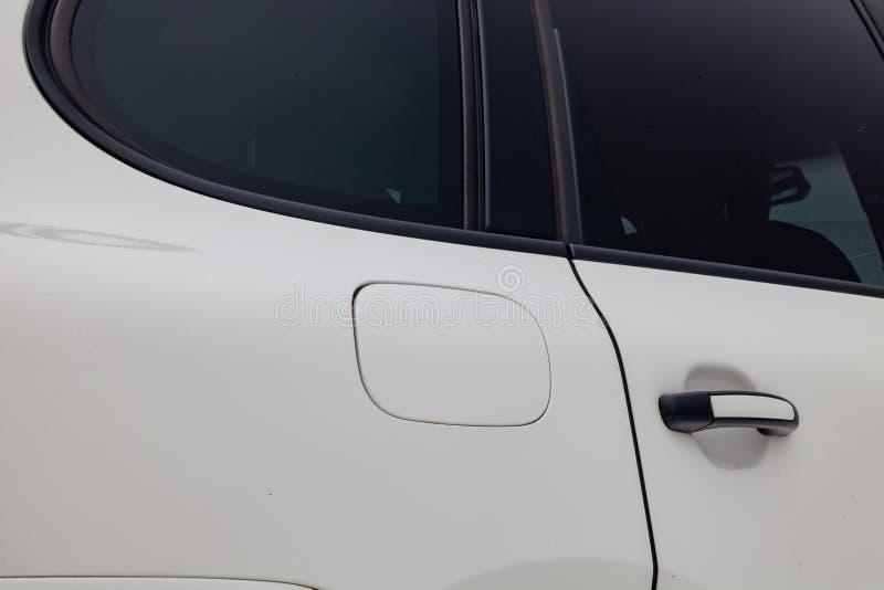 Kraftstofftank-Klappenansicht von Porsche Cayenne 957 2007 in der weißen Farbe nachdem dem Säubern vor Verkauf an einem Wintertag lizenzfreie stockfotos