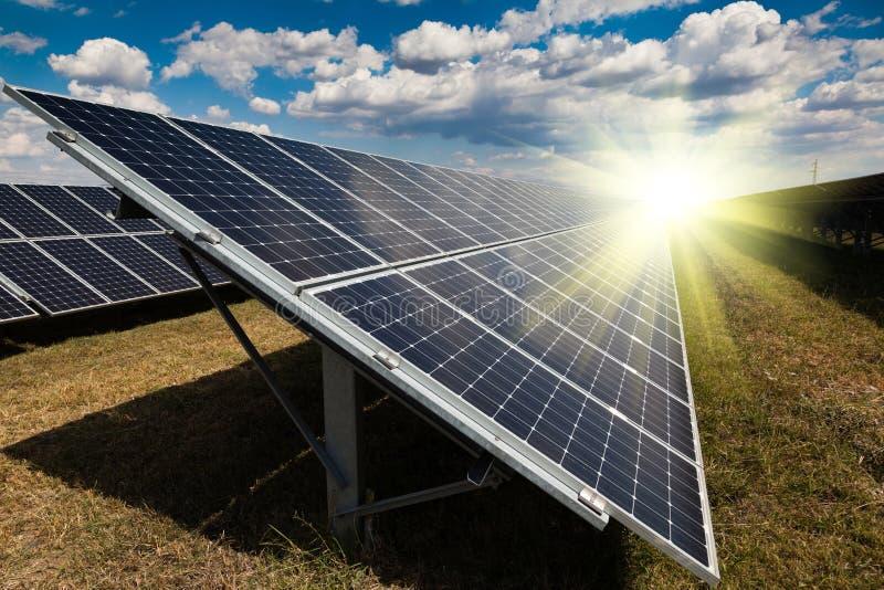 Kraftverk genom att använda förnybar sol- energi royaltyfria foton