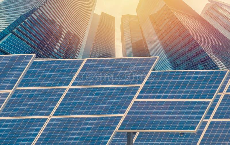 Kraftverk genom att använda förnybar sol- energi med stadsbyggnadsbaksida royaltyfri fotografi