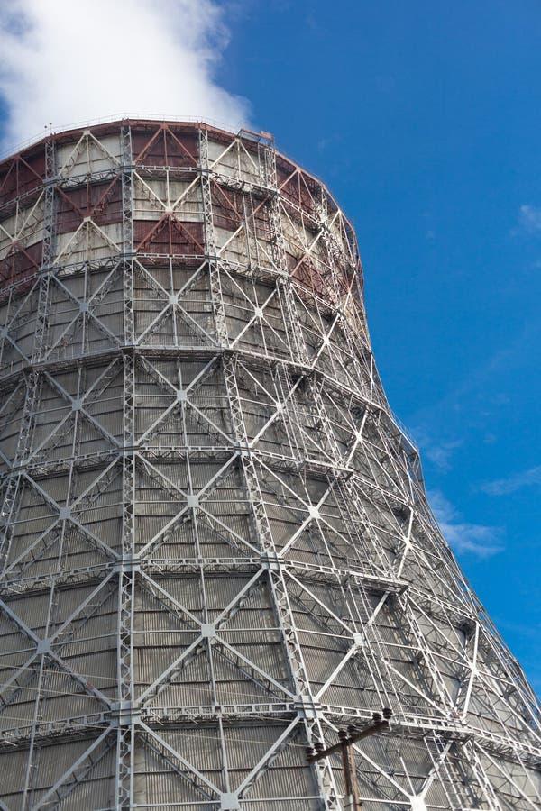 Kraftverk med enorma kyla torn arkivfoton