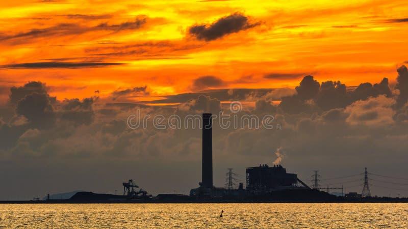 Kraftverk på solnedgång royaltyfria bilder