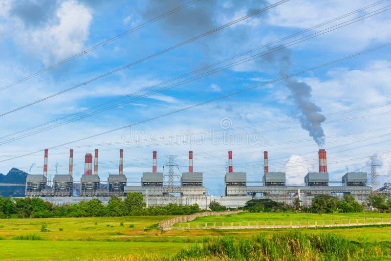 Kraftverk som arbetar med sulferrök arkivfoto