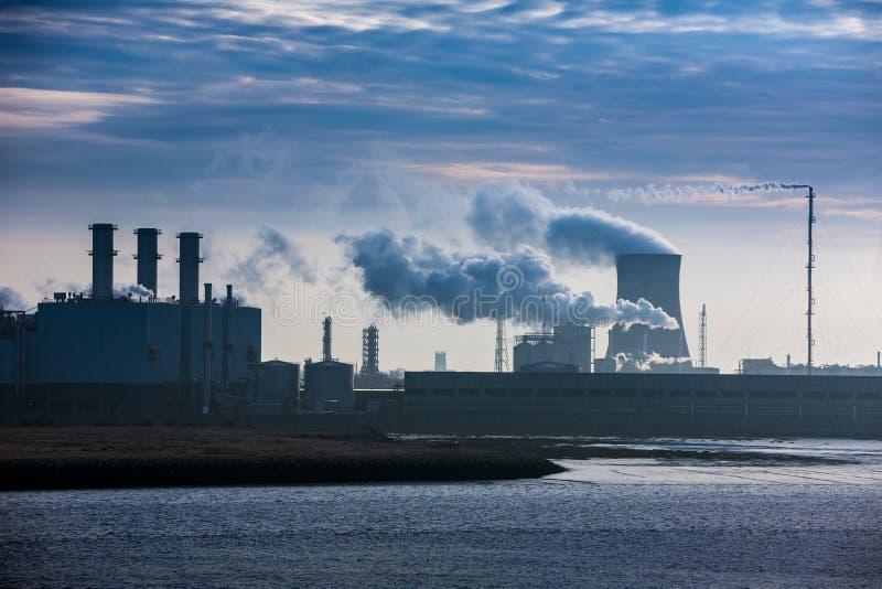 Kraftwerk, das Dämpfe des grünen Hauses freigibt stockbilder