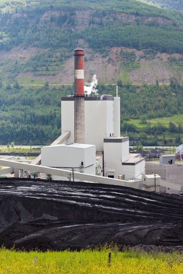 Kraftwerk der elektrischen Energie der Kohlengrube in der Natur stockfotos