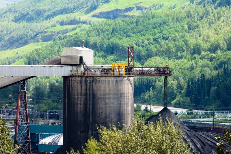 Kraftwerk der elektrischen Energie der Kohlengrube in der Natur lizenzfreie stockbilder