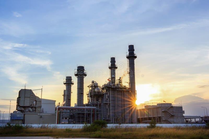 Kraftwerk der Gasturbine-elektrischen Leistung an der Dämmerung mit Dämmerung lizenzfreies stockfoto