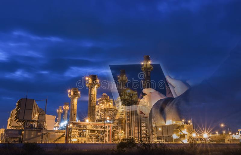 Kraftwerk der Gasturbine-elektrischen Leistung an der Dämmerung mit blauer Stunde lizenzfreies stockfoto