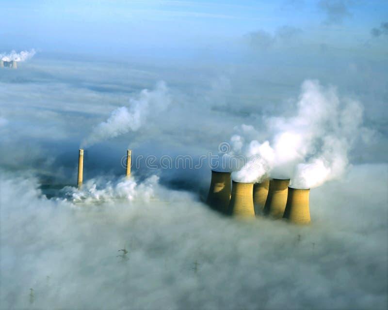 Kraftwerk im Nebel, von der Luft. stockfotografie