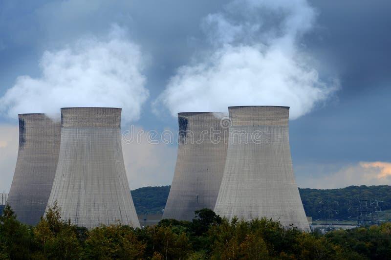 Kraftwerk-Kühltürme lizenzfreies stockbild