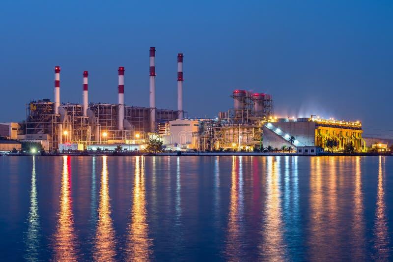 Kraftwerk mit dem enormen Abkühlen stockfotos