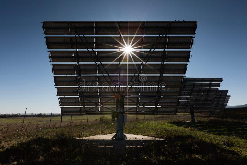 Kraftwerk mit erneuerbarer Solarenergie und Sonnenschirmen lizenzfreie stockfotografie