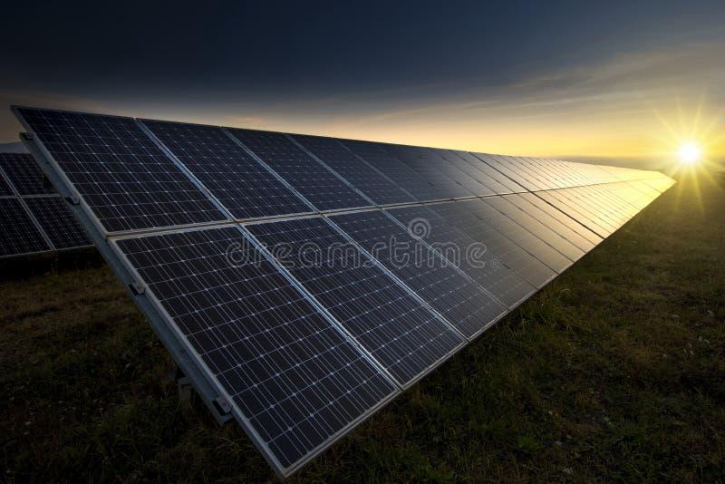 Kraftwerk mit erneuerbarer Sonnenenergie stockbilder