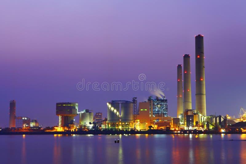 Kraftwerk nachts stockfotos