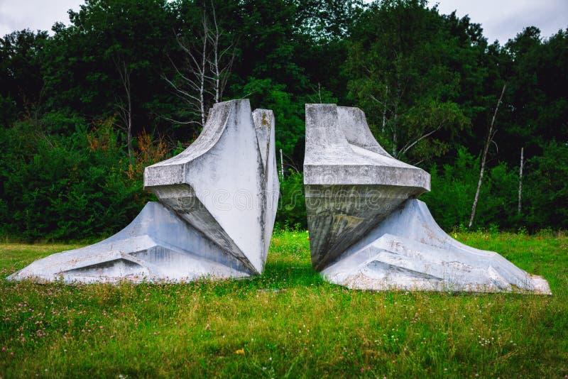 Kragujevac, Serbia - 17 de julio de 2016: Monumento de la flor de Chrystal en Sumarice Memorial Park cerca de Kragujevac en Serbi imagenes de archivo