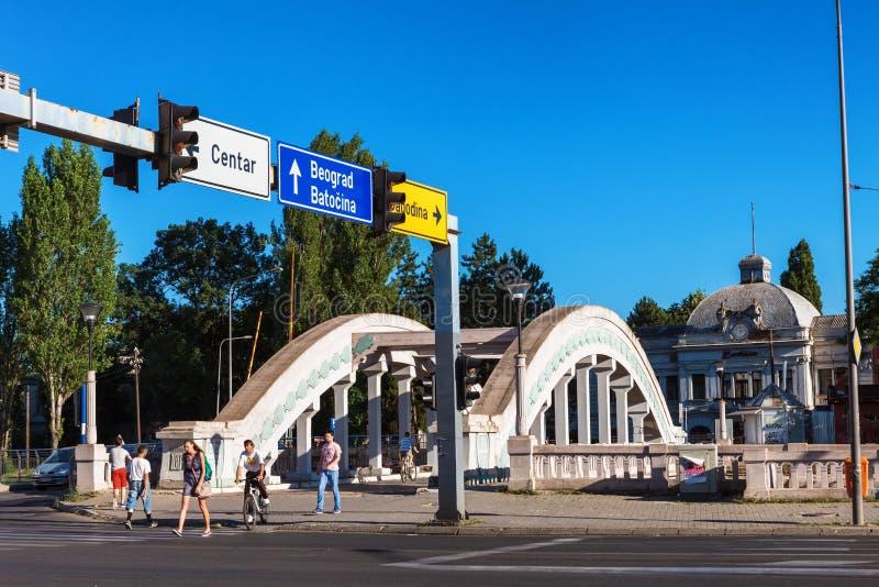Kragujevac, Serbia - 18 de julio de 2016: Stara Livnica, localiza cerca de fábrica vieja en Kragujevac, Serbia Edificio y puente  imagenes de archivo