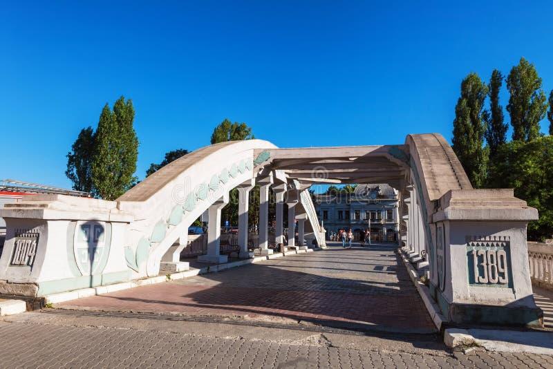 Kragujevac, Serbia - 18 de julio de 2016: Stara Livnica, localiza cerca de fábrica vieja en Kragujevac, Serbia Edificio y puente  imagen de archivo libre de regalías